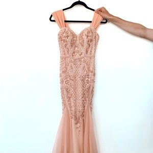 Incredible peach pink gown 🧡💗